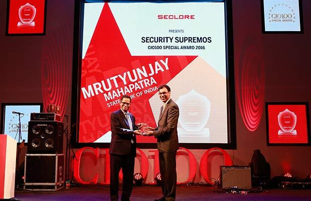 Security Supremo: Mrutyunjay Mahapatra, Deputy Managing Director and CIO at State Bank of India receives the CIO100 Special Award for 2016 from Amit Malhotra, VP-Sales, India and Middle East, Seclore