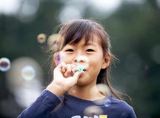 Blowing Bubbles fille