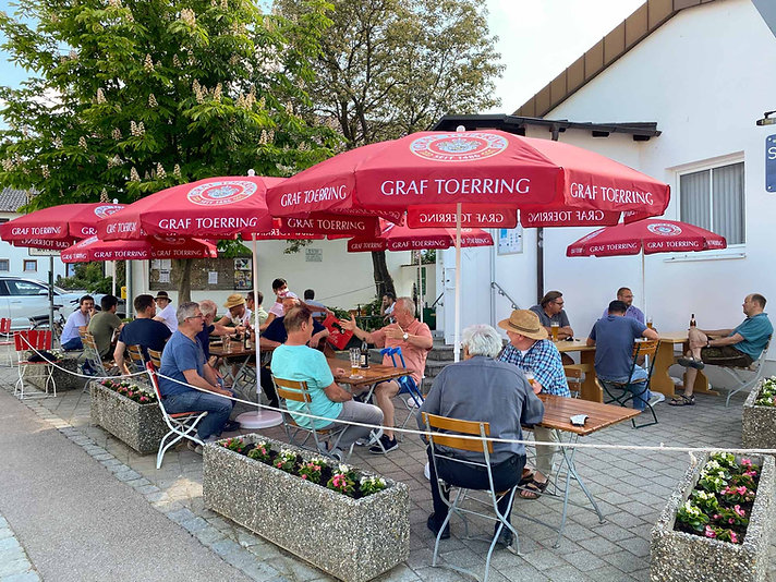 Biergartengaeste-Pucher-Dorfheim.jpg