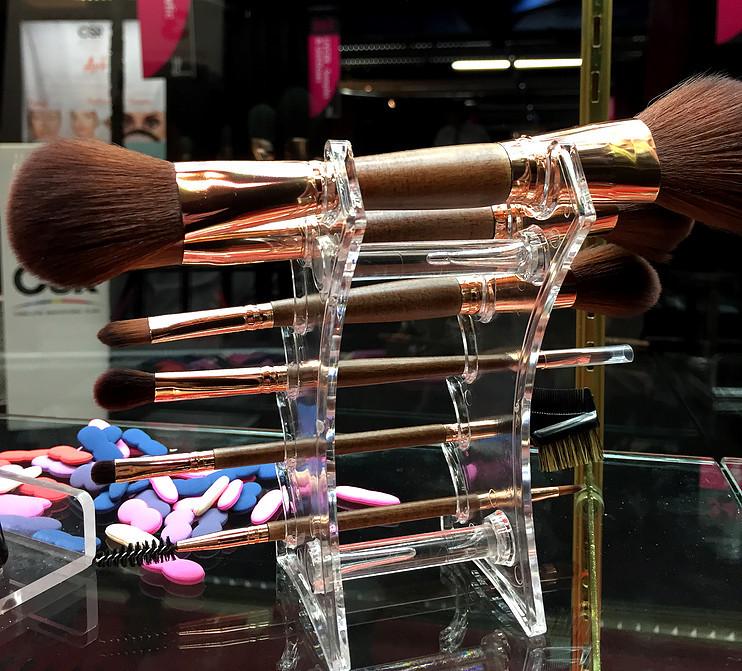 Cosmetic brush / HNB Corporation