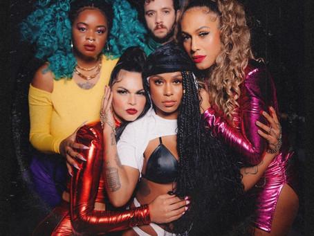 As Baías encerram mês do Orgulho LGBTQIA+ lançando clipe com Mc Rebecca e Tassia