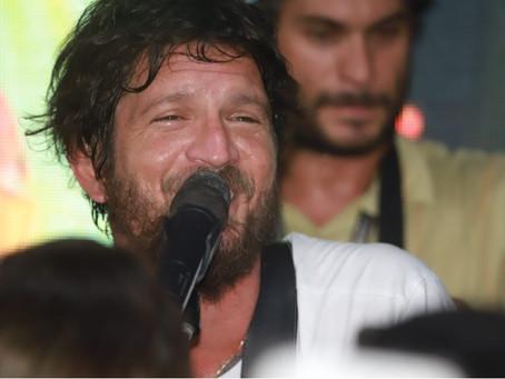 Em Salvador, Saulo surpreende fãs e faz pocket show em estação de metrô