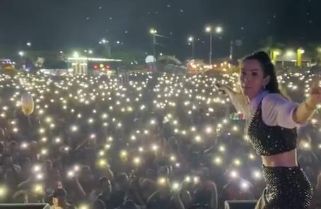 """Mariana Fagundes faz show de 6h no Pará e internautas criticam aglomeração: """"Só Deus sabe"""""""