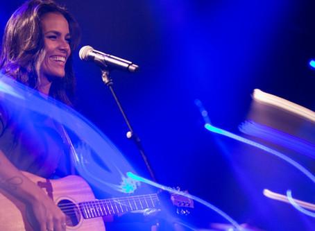 OUÇA AÍ, VEI! Ju Moraes lança segunda parte de projeto ao vivo