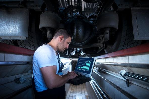vehicle-mechanic-with-diagnostic-tool-la