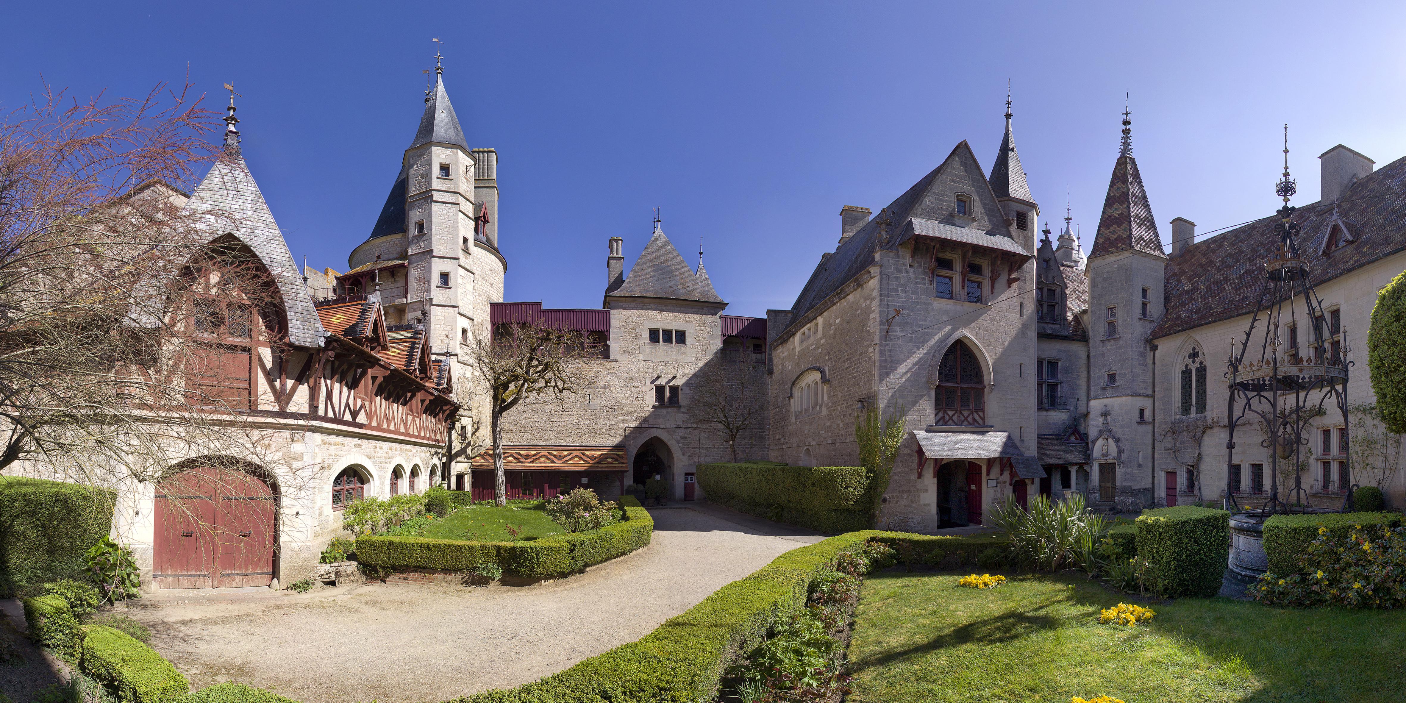 Château_de_la_Rochepot_-_Beaune_Tourisme