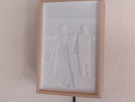 LithophanieBild kann zum Sockel immer ausgetauscht werden. Bild einzeln kostet 10 €, der Rahmen (inkl Netzteil) einzeln 30 €.