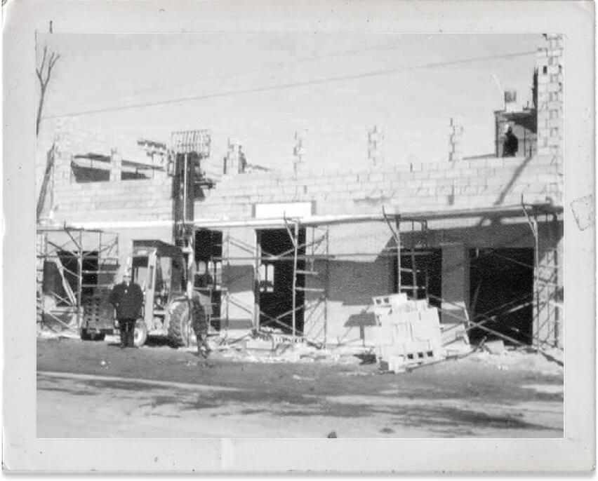 1960 : M. Guy Timmons avec le restaurant chinois, Le Mandarin