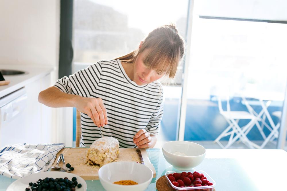 junge Frau beim Backen in der Küche