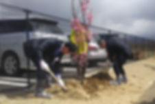 藤原一成潟上市長と谷口社長による植樹.jpg