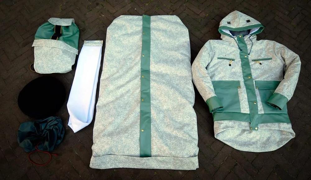Foto Sheltersuit Foundation - Designer desenvolve casaco que se transforma em Colchonete à desabrigados