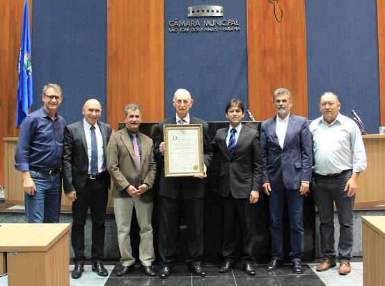 Ex-prefeito de Pinhas sendo homenageado