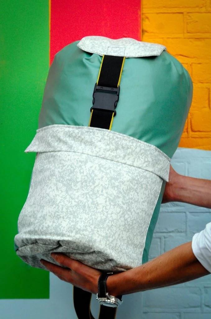 Foto Sheltersuit Foundation - Design desenvolve casaco que se transforma em Colchonete à desabrigados