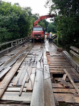 Secretaria de Obras realiza trabalho de recuperação na ponte Rio Borges, estrada da Cruzeiro.