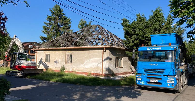 Začiatok búrania domu - Devínska Nová Ves