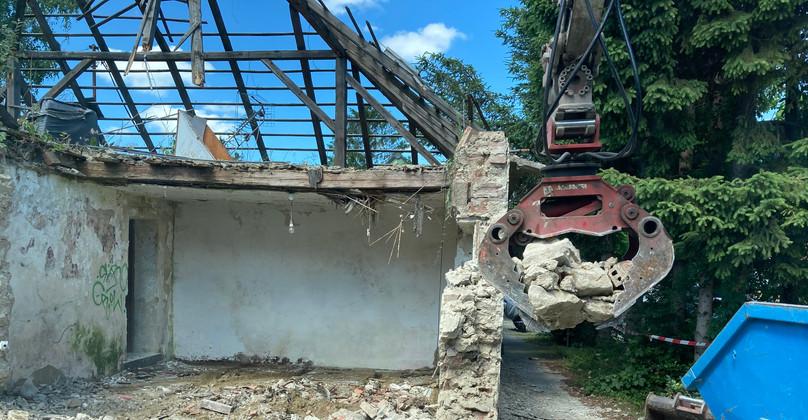 Búranie stien domu