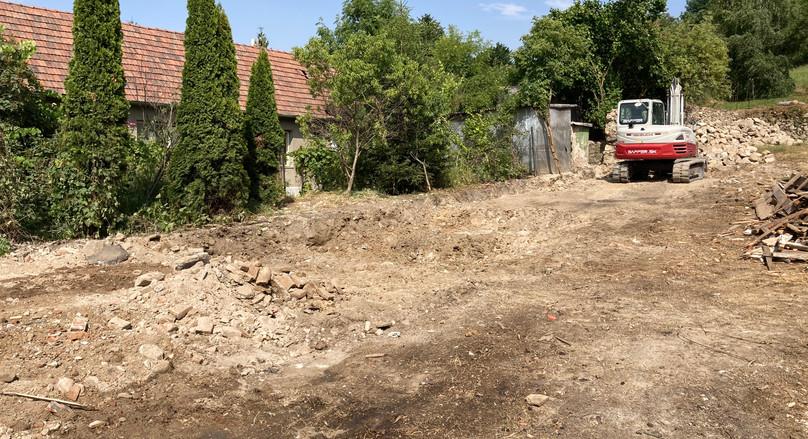 Dom je skoro zbúraný ale ešte stále treba odvážať stavebný odpad po búraní