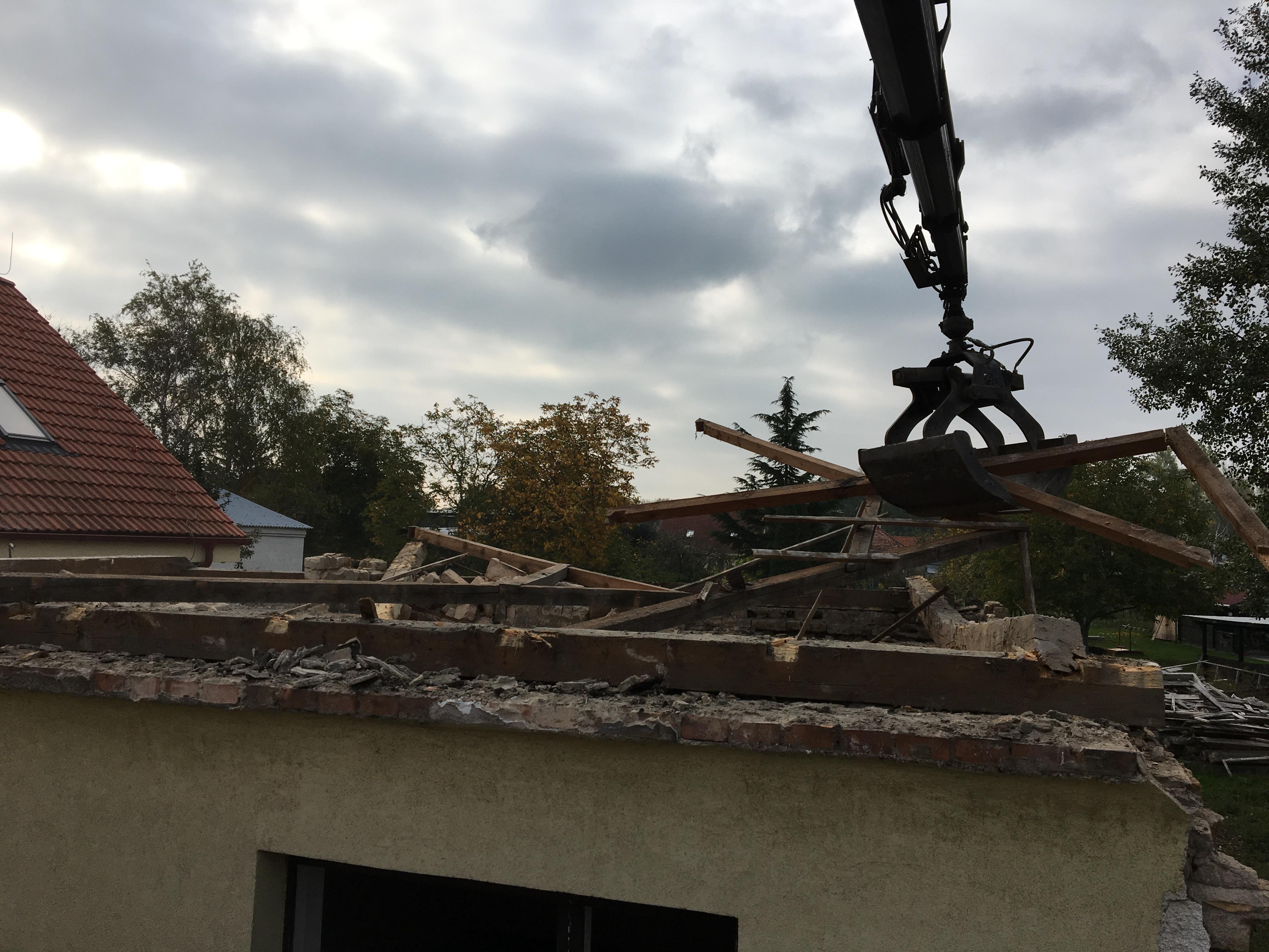 rozoberanie strechy drapákom