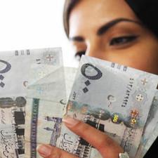 """أكدوا أن تحسن العملة الأمريكية خفف من ضغوط التضخم.. اقتصاديون: مؤشرات عودة """"الدولار القوي"""""""