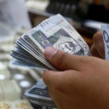 اقتصاديون: تحييد التضخم المستورد يتطلب رفع سعر الريال .. الاستمرار «مغامرة نقدية»