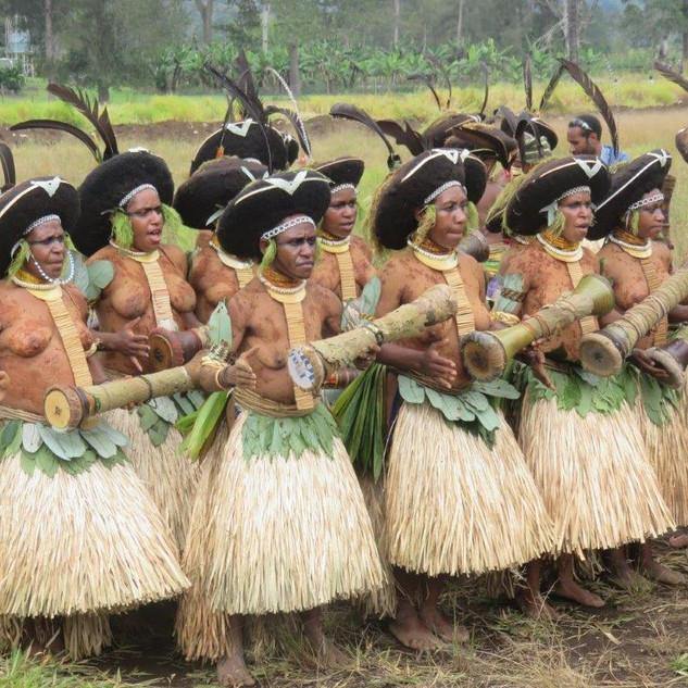 Music Engan Kundu Dancer girls.jpg