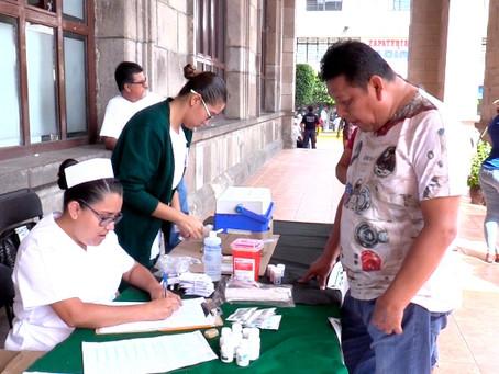 Aplican de manera gratuita vacuna contra la influenza