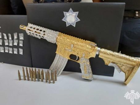 Con rifle AR-15 de oro y diamantes, cae integrante de 'Las Bigotonas'