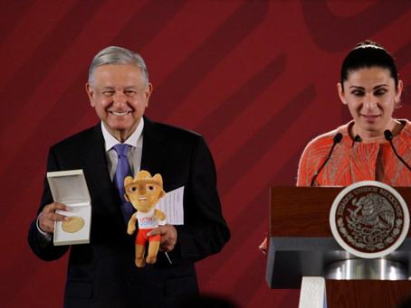 Ana Gabriela Guevara le entrega a AMLO medalla conmemorativa por apoyo a atletas en Lima 2019