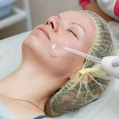 A powerful electrode produces ozone, oxygenating the skin to create an antiseptic effect to treat acne and detoxify the skin. Other benefits are it increases cell turnover, stimulating collagen and elastin production, tightening the skin reducing the appearance of fine lines and wrinkles.   Effective for lightening and brightening of the skin by fading dark spots and circles, uneven skin tone and reducing hyperpigmentation.  For best results, combine this therapy to a wholistic facial treatment of your choice once a week, for 10 sessions.