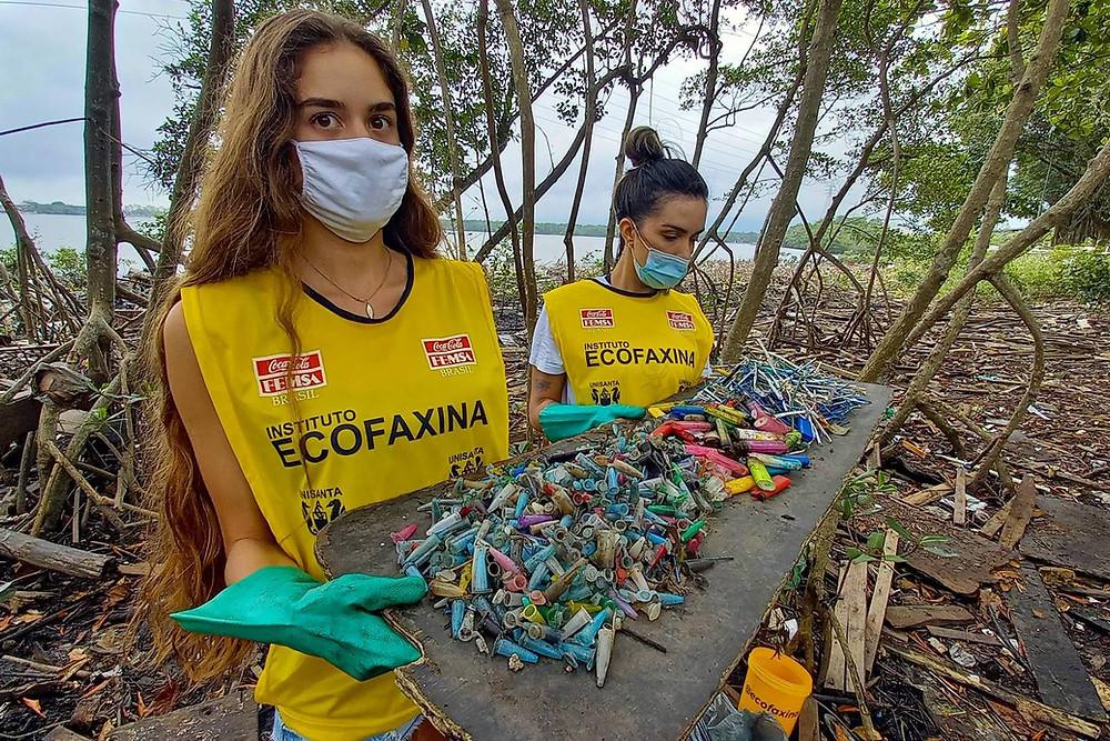 Voluntária exibem resíduos coletados durante a ação. Entre os menores e mais numerosos estão os pinos de cocaína e hastes de cotonete e pirulito.