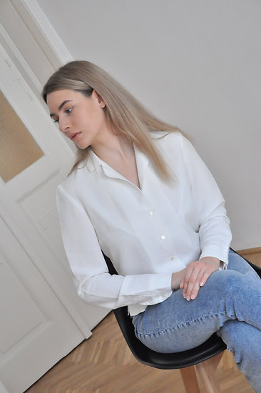Notched collar shirt with shell buttons