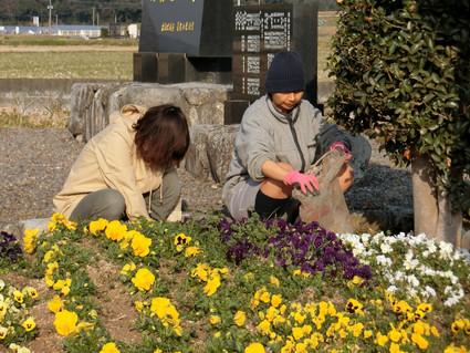 3月例会 花壇の整備と河川のゴミ回収