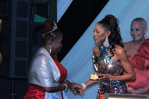 Alicia-LuvLee-Diggs-receives-her-award-f