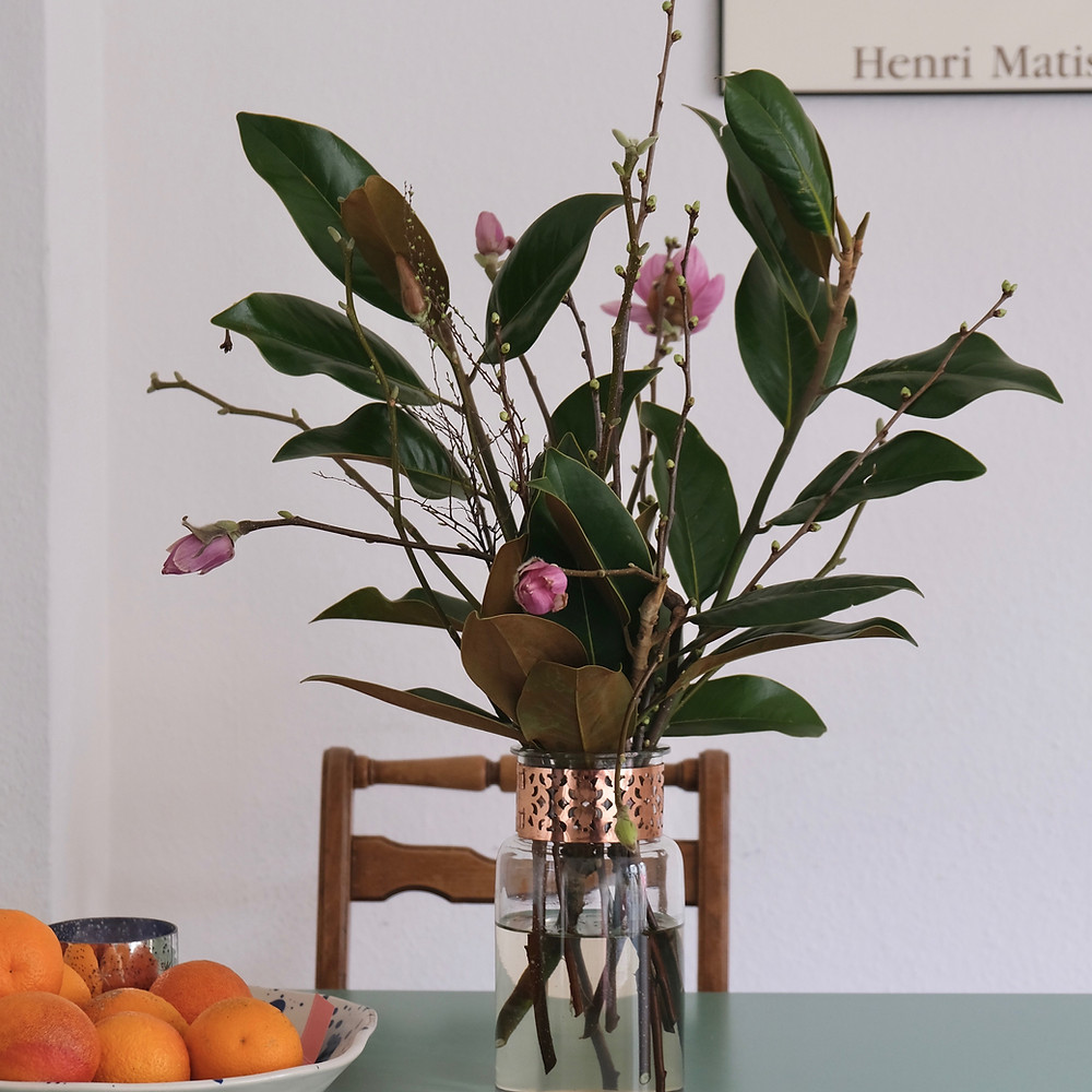 Saisonaler Magnolienstrauss von Blumenpost