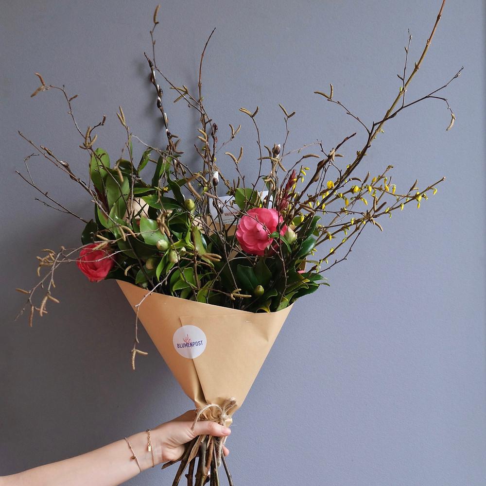Saisonaler Strauss mit Kamelien von Blumenpost