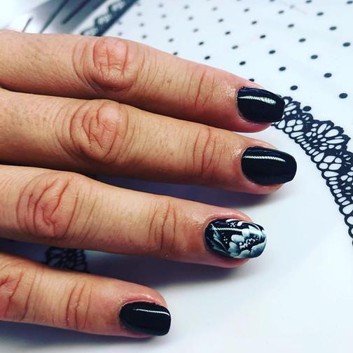 Noir c'est noir ! Deco nails art  peinte