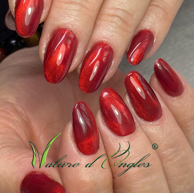 ongles rouge effet cats eyes