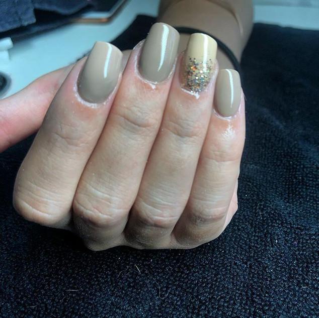 Les couleurs machiato et latte de chez # pose d'ongles en formation onglerie brignoles var 83170