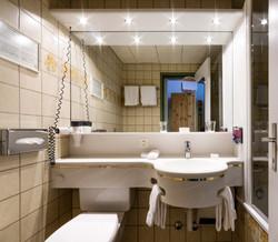 Badezimmer mit Bad/Dusche