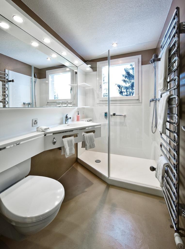 grosse XL-Dusche mit Ausblick