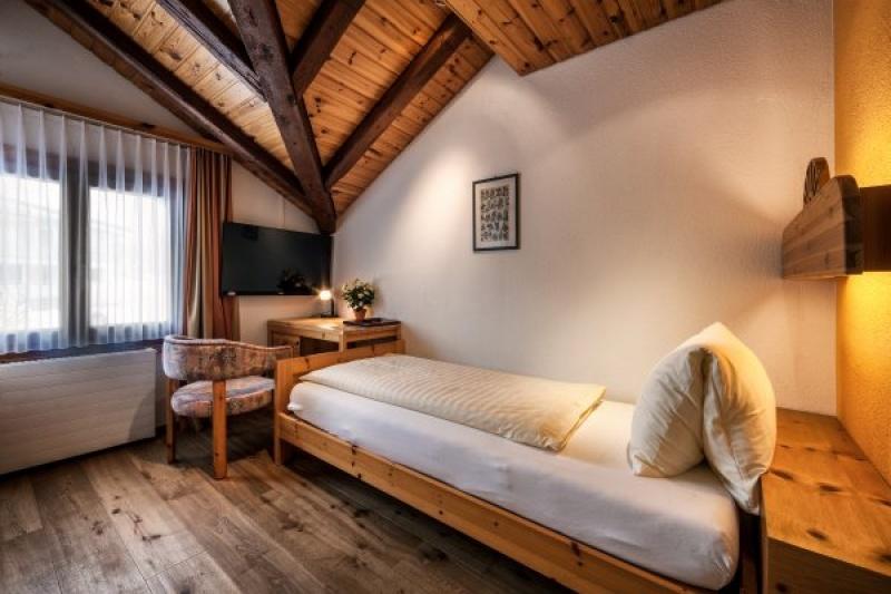 Einzelzimmer mit Dachschräge