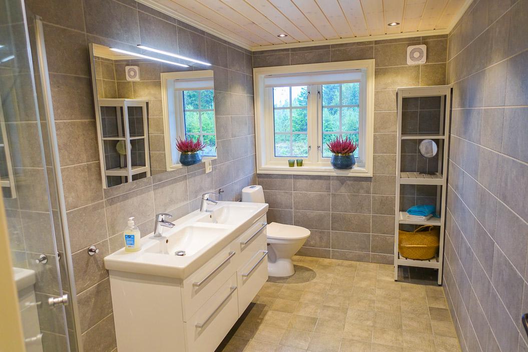 Stort bad med dobbel servant, toalet