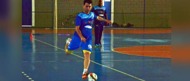 O beque Lucas durante treino no ginásio do Parque São Luiz; jogador volta ao time após três anos (foto: divulgação/ Top 10 Comunicação)