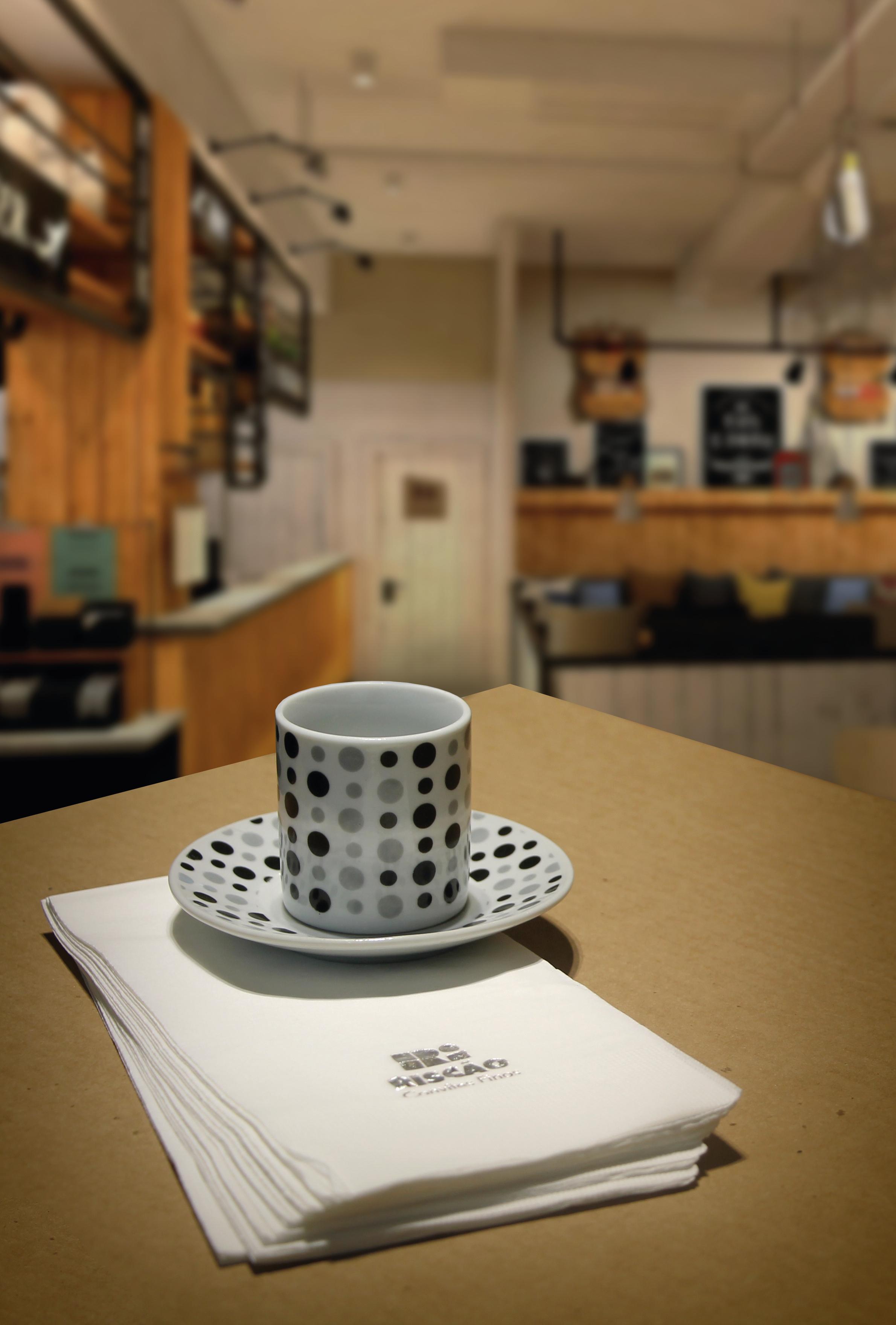 Guardanapo_na_Mesa_com_Café_CMYK