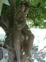 sculpture d'extérieur mise en situation dans un arbre laure duquesne angers