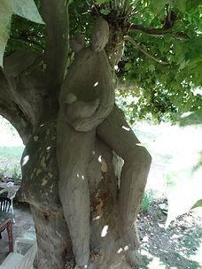 sculpture d'extérieur mise en place dans un arbre angers laure duquesne sculpteur