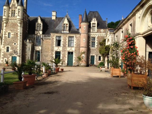 La Dame verte est arrivée au Jardin Du Château Du Pin juste à temps pour la grande fête des plantes qui vous attend les 27 et 28 mai prochains à Champtocé-sur-Loire