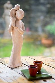 sculpture en terre cuite sur le thème de la maternité laure duquesne angers