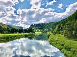 Donau mit Wolkenspiegelung
