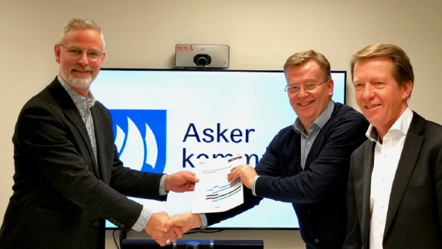 Leder for digitalisering i Asker kommune, Ragnar Husum, inngår avtale med adm.dir Roald Sannæs og kundeansvarlig Lars Velle i Move.